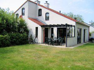 sonnige Terrasse mit Pergola und Windschutz